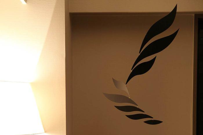 羽が連なっているようなデザインが印象的な、アルミニウム製のスタイリッシュなモビール。紙とは違うほのかなツヤと反射があるので、羽が動くたびに表情が変わり魅力的です。