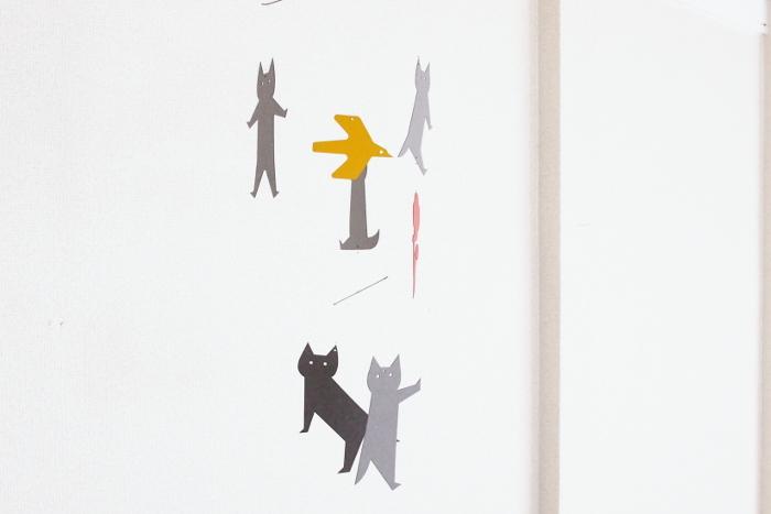 「KISSA」とはフィンランド語でネコの意味。5匹のネコに、黄色いカナリヤと赤い花がアクセントになったペーパーモビールです。