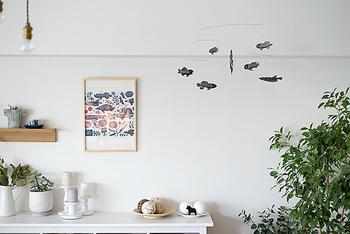 お魚たちの表情がどこかユーモラスながら、モノトーンなのでスタイリッシュな雰囲気。子ども部屋はもちろん、大人のインテリアにもしっくり馴染んでくれます。