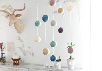 色とりどりのボールたちが、風に揺られて優しく回転する姿は、子ども部屋やナチュラルなインテリア空間作りにぴったりです。
