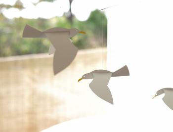 夏のインテリアにぴったりな、空飛ぶカモメのモビール。白と黄色、2色のみのシンプルさが大人のインテリアにも馴染みます。