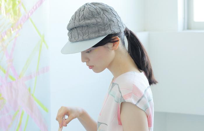 ベースボールキャップの上にニット帽が合わさったとてもお洒落な帽子です。つばがついているので、カジュアル感も抜群!アクティブな雰囲気を演出できます。