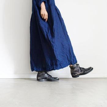 軽やかでナチュラルな素材のシャツワンピースに、敢えてごつめのブーツがこなれてる。意外性があるけれど、なんだかとってもお似合いなので、定番スタイルにしてしまうのも悪くない組み合わせですよね。