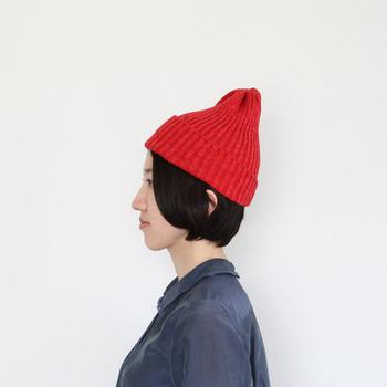 コットンリネンのこちらのニット帽はリネンのさらりとした感じとコットン特有のやわらかな質感の両方を味わえる素敵な帽子です。明るいレッドはコーディネートの差し色としても使えますね。