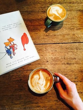 懐かしい絵本を読みながらのカフェタイム。至福の時間ですね。ブックカフェ松庵文庫には、荻窪の書店Titleがセレクトした本が並び、新たな自分を発見できるような本に出会えそうな予感がします。