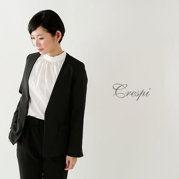 スーツスタイルにバンドカラー。程よく清楚で知的な印象もあって、オケージョンやオフィスでの装いに最適。