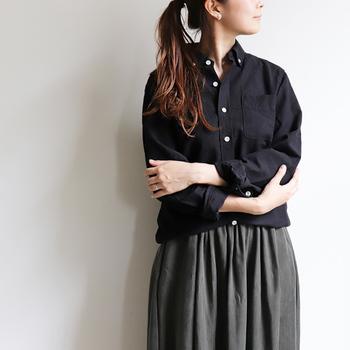 意外に珍しいブラックカラー。ボトムの色味も合わせて、モノトーンな仕上がりにもっていくのもかっこいい。大人の女性には、こんなシックな装いがとても良く似合います。