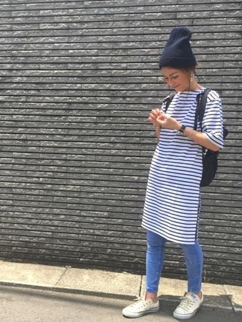 涼し気なボーダーの天竺ロングTシャツの季節感を調節してくれるのがシンプルなニット帽です。髪をアップにして帽子に入れているので、襟足がきれいに見えます。