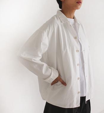 ボックスタックが入ったゆとりがあるデザインのコットンリネンシャツ。程よくハリもあるので、アウターのように着こなしても違和感ありません。サイドにポケットが付いていたり、細かな部分にかわいらしさを感じさせるデザイン。袖を通すほど愛着が湧いてきそうです。