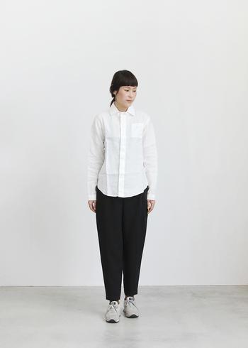 薄手のリネン素材が涼し気なシャツ。その質感を前面に出したいなら、できるだけ余計なものは足さず、シックにまとめて。上質なシャツは、黒パンツを合わせただけでも、洗練された雰囲気に見せてくれます。