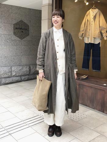 白ベスト、白パンツを合わせて、潔くオールホワイトな着こなし。ベストのボタン、オーソドックスな革靴などポイントが効いていて、無機質には見えません。柔らかい表情が印象的です。