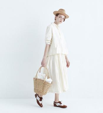 生成りのシャツとスカートの組み合わせがこの上なく素敵。伸びやかな春の装い、あなたならどんな味付けで演出しますか?