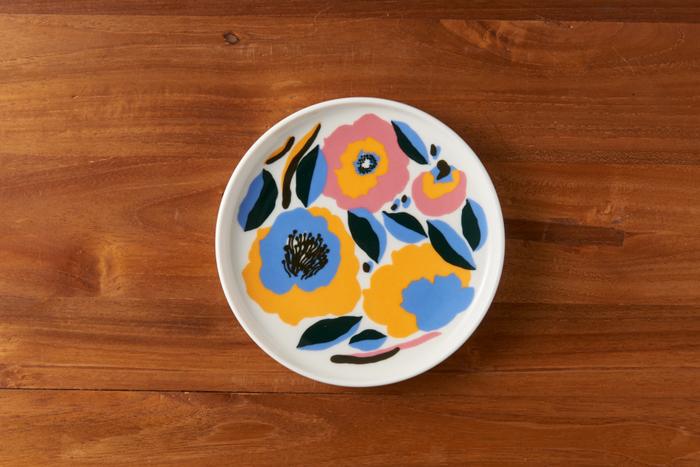 ピンクに黄色、水色・・・華やかな色合いの春らしいお皿です。使っている色はファンシーなのに、大人っぽく仕上がっているから不思議。