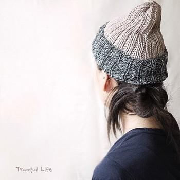 ベージュに白と黒のミックスカラーの糸を使ったオーガニックコットンのニット帽。シンプルな中にも目を惹くデザイン性の高さがあります。低めにまとめた髪にもよく似合っています。