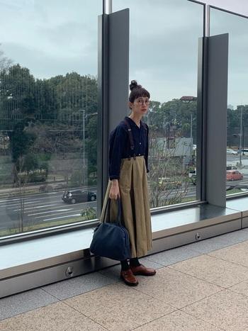 ドロップショルダーの開襟シャツがリラックス感あるスタイル。フレアースカートにサスペンダーも素朴な味を出していて素敵。サスペンダーって、なかなか便利なアイテムです。
