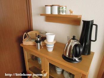 カフェ風インテリアに欠かせないのが、コーヒー・ティーコーナー。お気に入りのコーヒー器具やティーポットなどが映える見せる収納にこだわってみませんか。