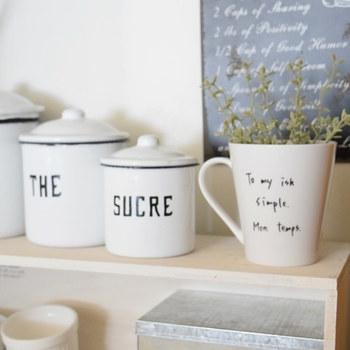 カフェ風インテリアをより素敵に演出してくれるのが、インテリアグリーン。キッチンカウンターやダイニングテーブル、オープン棚などに、インテリアグリーンを飾ってみては。