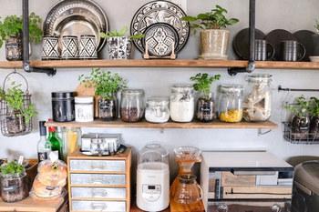 住まいのさまざまな場所に取り入れたいインテリアグリーン。カフェ風インテリアで、特におすすめの場所がキッチンの近くです。生活感を程よく和らげて、おしゃれ感を演出してくれます。ハーブやミニ野菜などを栽培するのもカフェライクで素敵ですね。