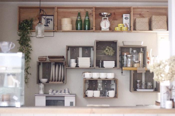 カフェ風インテリアに欠かせないのが、木の温もり。内装だけでなく、家具や雑貨などで木の優しい質感がプラスされると、ほっと落ち着きますね。