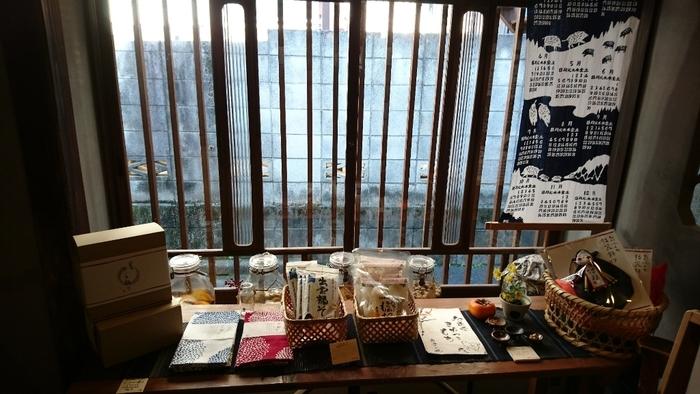 1階は食品や器などの雑貨、2階では「MeDu」のスキンケア製品などを取り扱っています。