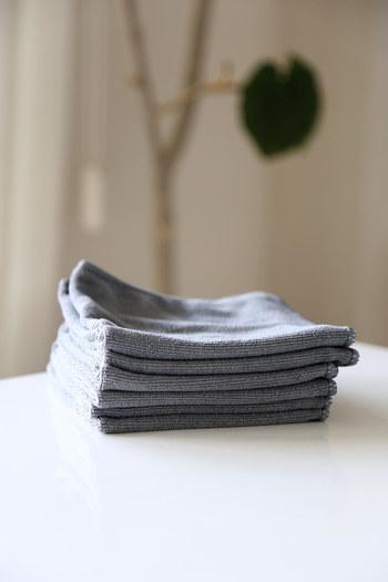 水滴を吹き上げるのに役に立つアイテム。シルバー部分をキュキュッと乾拭きすれば洗剤ナシでもピカピカになる優れもの。100均で手に入るのも嬉しいポイントです。