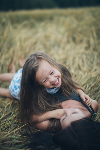 たくさんの言葉で当時の自分の不安な心を満たしてあげた後は、自分の子供を想うように、当時の自分を心の中で抱きしめてあげましょう。  最後のお別れに「もう大丈夫だからね」と伝えたら、「過去」の自分も微笑んでくれているのではないでしょうか。