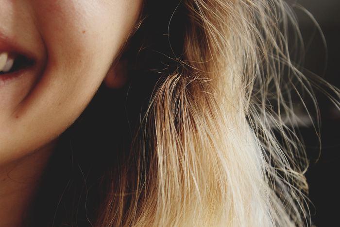 口元やシワなどを気にして笑顔に自信を持てないという人も中にはいるかもしれません。自分が笑顔ブスだと思い込んで、写真を撮る時も笑えなかったり。コンプレックスに思えば思うほど上手く笑えなくなってしまい、表情も暗くなってしまいがちに……。でも、それでは悪循環。笑顔はあなたを最も輝かせる最高のお化粧です。コンプレックスを封じ込めるより、自分らしく輝ける笑顔の作り方を探してみませんか?  これから、笑顔がもたらす効果や、素敵な笑顔の作り方をご紹介するのでぜひ参考にしてみてください。