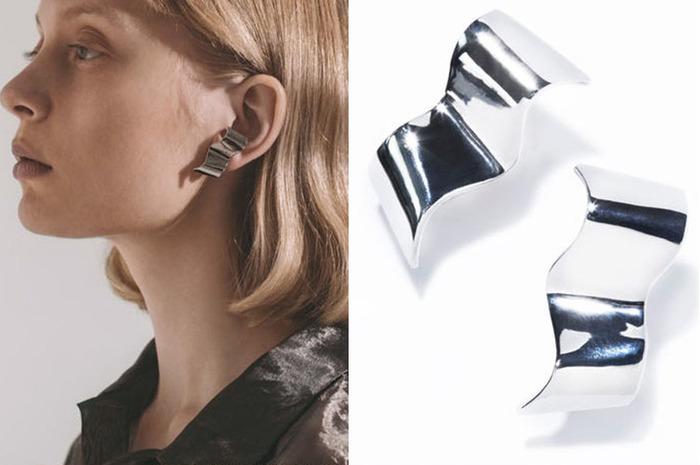 ゆるやかに波打つプレートが印象的な「swell earring」。オブジェのようなモチーフは、着ける人の雰囲気を際立たせます。着ける位置や角度を変えるごとに違った表情が楽しめるアイテムです。goldとsilverの2色展開。