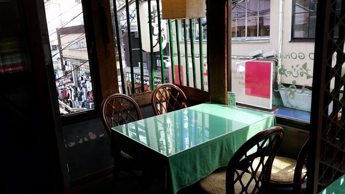 店内に入ると、どこか懐かしさを感じるような古民家的な空間が広がっています。分煙されていて、喫煙席はよりレトロ感が味わえる和風の空間になっています。
