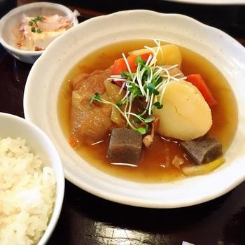 おすすめメニューは、やはり肉じゃが!素朴で優しい味付けは、懐かしい気持ちになる逸品。また、具は大きめのカットなのにとてもやわらかく、玉子やこんにゃくが入っているのも嬉しいです♪