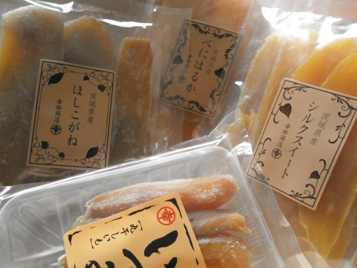 """「幸田商店」は、100年以上の歴史がある老舗。""""良い干し芋は、良い原料芋から""""を理念に、高品質の茨城県産のさつま芋を使用し、無添加・無着色のからだに良い干し芋づくりを続けています。定番の干し芋は品種の種類がとにかく豊富なので、味比べして自分好みの味を探すのも楽しいですよ。水戸駅ビルの直営店では、人気のべっ甲干し芋や、干し芋のかりんとうなどおみやげに特化した商品を約30種類取り揃えています。"""