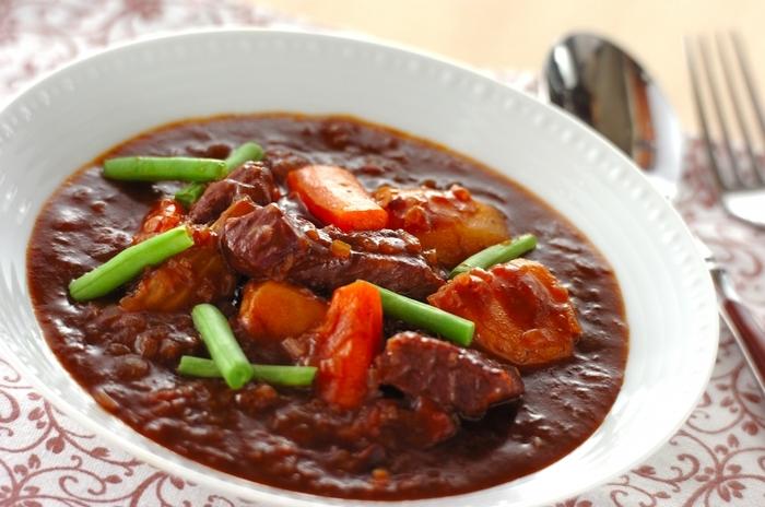 ビーフシチューには、牛すね肉を使うのがおすすめ。煮込んでもパサつかず、うまみたっぷりに仕上がります。牛すね肉は、前日に赤ワインに漬け込み、一晩おきます。野菜もいっしょに漬け込んでOK。