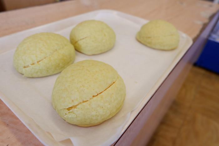 茨城県は、実はメロンの生産が日本一。そんな茨城産の甘くジューシーなクインシーメロンを使用したメロンパンです。こちらのメロンパンは生地に一切水を使わず、メロンの果汁と果肉だけで練り上げています。だからこそ、メロンの芳醇な香りと味わいを楽しめるんです。まさに、メロンの美味しさを最大限に活かした究極のメロンパンです。