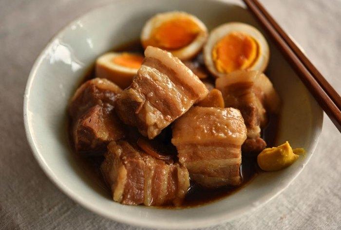豚バラ肉の余分な脂と臭みを取るためには、米のとぎ汁で「30分ゆでて、30分蒸らす」を3セット繰り返す方法があります。また、生姜やねぎを加えたお湯で2時間程度ゆでて、さらに1時間半ほど蒸すという方法も。その処理のあと、煮汁にとろみがつく程度まで煮込みます。