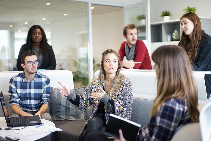 同僚がお互いの仕事への姿勢や成果を常にチェックしている職場は、その雰囲気に馴染めない人にとっては非常に居心地が悪いものです。しかし一方でその相互監視は、仕事が行き詰まっている人を見つけて助けたり、仲間同士の切磋琢磨を促したりするきっかけにもなり得ます。こうした二つの側面を理解し、上手に活用すれば、ピアプレッシャーは職場の連帯感や向上心のアップに役立てることもできると考えられています。