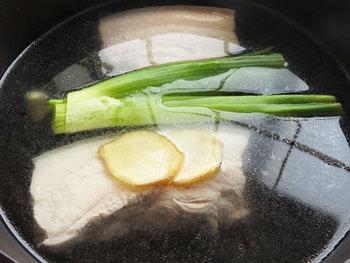 ゆでるだけでなく、蒸したり蒸らしたりする工程を加えることで、お肉がより柔らかくなり、余分な脂も落とせます。肉のゆで汁を一度冷ますと脂が固まりますので、それを取り除いてからゆで汁を使えば、さっぱりとした角煮になります。