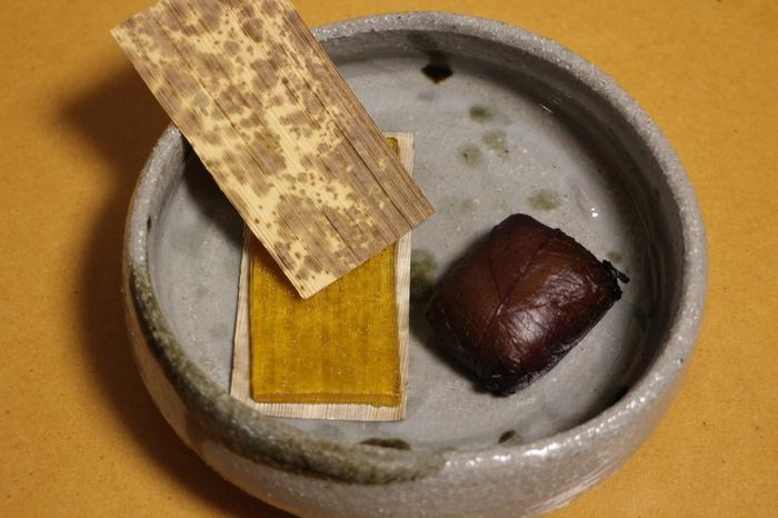 """茨城県で銘菓と名高い「阿さ川製菓」の和菓子です。阿さ川の土産はどれも和の情緒と水戸の伝統が感じられます。中でも""""水戸の梅""""(写真右)は、水戸を代表する土産物として古くから愛されています。餡を求肥でくるみ、梅酢に漬け込んだ甘酸っぱい紫蘇の葉で包んでいます。上品な甘さと紫蘇の香りを楽しめて、お茶と良く合いますよ。黄金色が美しい""""のし梅""""(写真左)は、梅肉ゼリーを竹皮にのしたもの。独特の食感と、さっぱりとした味わいが魅力です。"""