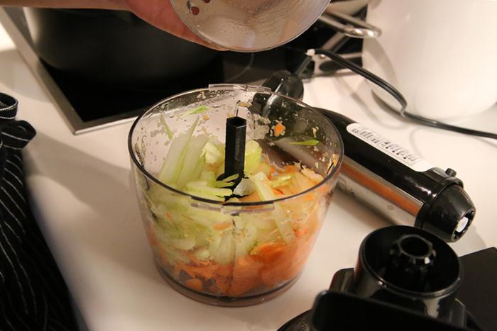 野菜を投入口サイズに簡単にカットして、フードプロセッサー容器に入れたら、すぐにみじん切りもできますよ。他にも朝のフレッシュジュース作りに便利な計量目盛り付きのカップや、泡立てに便利なホイッパーもセットに入っています。