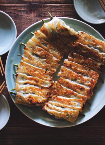 獅子唐に餡をまとわせて皮を巻いて棒状の形で楽しむ「獅子唐餃子」。見た目よりもお肉の量が少なくヘルシーな一品です。間違いなく夏の冷えたビールに合うレシピですね。