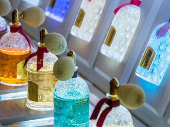 スプレー部分にポンプの付いた、女性ならきっと誰しもちょっと憧れたことがある香水瓶。カラーバリエーションが豊富だとどれにしようか迷ってしまいますね。よく見るとガラス面の細工も繊細な仕上がりです!