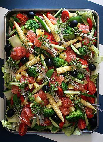 レタスにブロッコリー、ヤングコーンにキュウリにトマト。たくさんの野菜をボリューミーに盛り付けた野菜のサラダはシンプルにオリーブオイルと塩のみの味付けで野菜本来の味を楽しんでみてください。