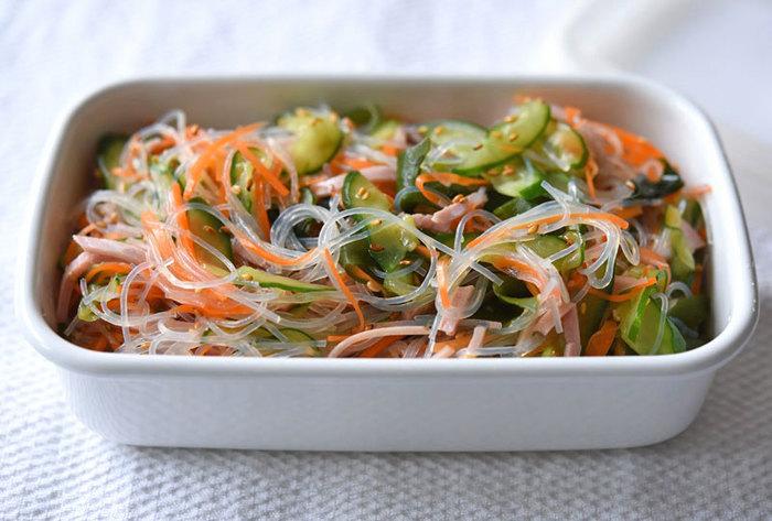 ツルツル美味しい春雨サラダはハムやキュウリ、ニンジンをプラスして彩りもよくお弁当にもオススメです。