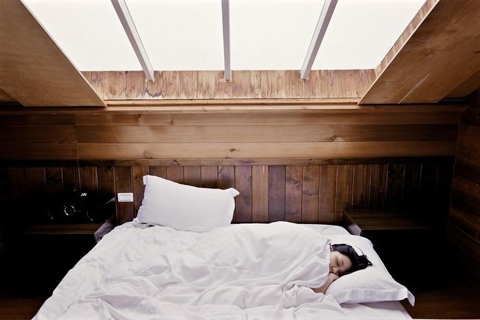 """くすみ予防には質の良い睡眠が必要不可欠!またお肌のゴールデンタイムともいわれる""""22時~2時の間""""は、お肌のターンオーバーに欠かせない時間帯でもあります。なるべくその時間までには就寝できるよう、一日のスケジュールをきちんと決めてみるのもいいですね。"""