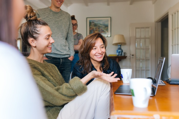 ピアプレッシャーにおける相互監視は、チームが健全に機能している時には仲間との相互扶助の役割も果たします。メンバーの一部に負担が偏っていないか、誰かトラブルを抱えていないかなど、お互いが目を配ることで結びつきが強まり、生産性の向上や業務効率化などのメリットに繋がります。