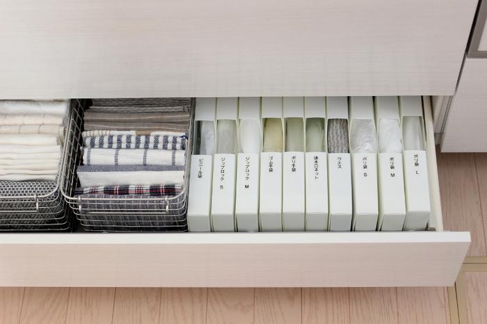 ゴミ袋などのキッチン消耗品をケースに入れて収納する時にも、ラベルライターを使ったラベリングがおすすめ。見た目が似ているものも多いので、何が入っているのかわかりやすく表記し、迷わず取れるようにしましょう。