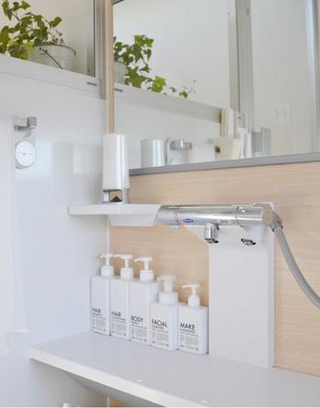 浴室のシャンプーやボディーソ―プのボトルを揃えると、すっきりと見えて素敵ですよね。家族全員が間違えずに使えるようにするためにはやはりラベリングが大切。デザイン性のあるラベルでシンプルボトルもおしゃれに!