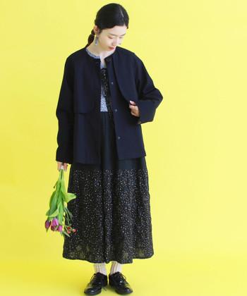 また、ブルゾンは、ふんわりとした女性らしいロングスカートやプリーツスカート、フェミニンなブラウスなどの上から羽織ってもオシャレ。甘辛コーデに仕上げたい気分の時にも使いやすいアイテムです。