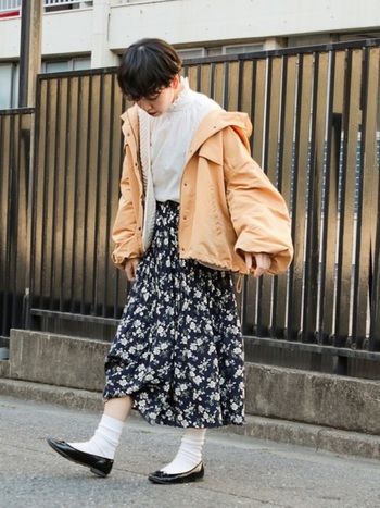 カジュアルで色鮮やかなオレンジ系ブルゾンを、花柄ロングスカート&ブラウスの上からさらりと羽織ったコーデ。足元はバレエシューズでフェミニンに。アウター以外はモノトーンで統一すればスッキリまとまります。