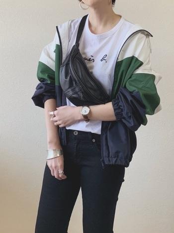 コーデにスパイスを与えてくれる配色マウンテンパーカーがじわじわ人気の兆し。黒スキニー×白Tシャツなど、シンプルなモノクロコーデの上に重ねるアウターにオススメです!