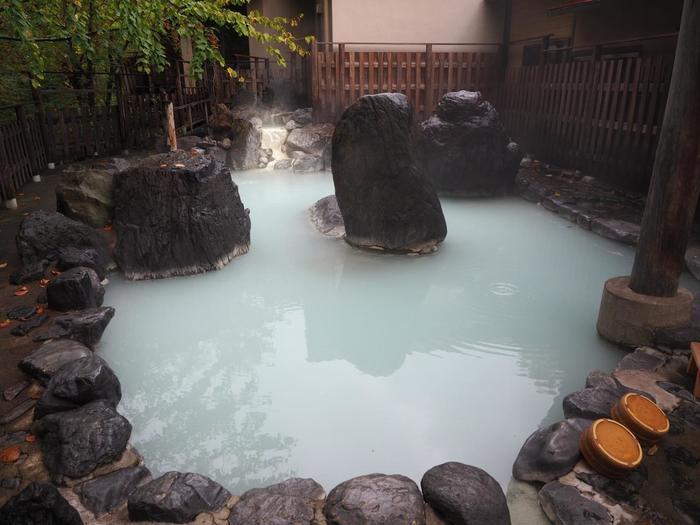 硫黄泉で緑がかったような白濁が体の芯まであたためてくれそうです。情緒あふれる温泉で旅の疲れも吹っ飛びそうですね。